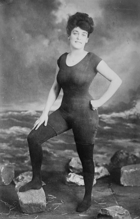 η Annette Kellerman υπερασπίστηκε  το δικαίωμα των γυναικών να φορούν ολόσωμο  μαγιό, 1907 ... Συνελήφθη για απρέπεια.