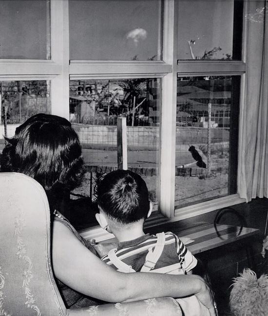 μια μητέρα με το παιδί της παρακολουθούν το σχηματισμό του πυρηνικού μανιταριού μετά από μια δοκιμή ατομικής 75 μίλια μακριά, Las Vegas, 1953