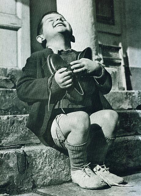 Αυστριακό αγοράκι λαμβάνει καινούργιο ζευγάρι παπούτσια, περίοδος Β' Παγκοσμίου Πολέμου.