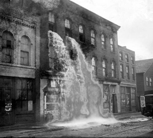 Παράνομο αλκοόλ εκχύνεται από παράθυρα κατά την περίοδο της ποτοαπαγόρευσης, Ντιτρόιτ, 1929.