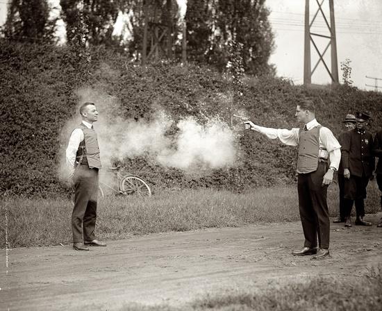 Τεστ αλεξίσφαιρου γιλέκου, 1923.