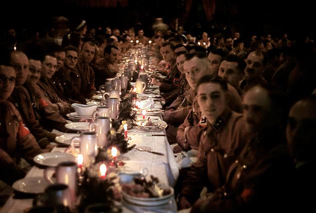 Αξιωματικοί και λοιποί δορυφόροι του ναζιστικού καθεστώτος σε χριστουγεννιάτικο εορτασμό, 1941.