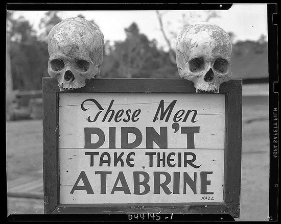 Διαφήμιση του Atabrine, φαρμάκου κατά της μαλάριας. Παπούα, Νέα Γουϊνέα, περίοδος Β' Παγκοσμίου Πολέμου.