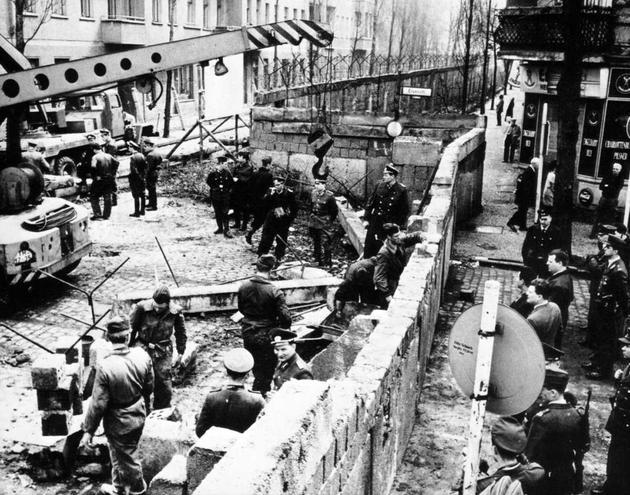 Η κατασκευή του Τείχους του Βερολίνου, 1961.