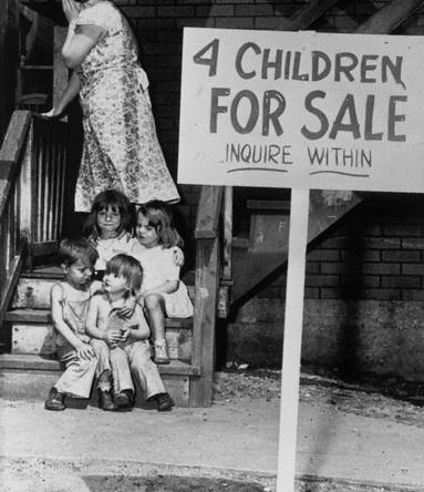 Άπορη μητέρα κρύβει το πρόσωπό της από ντροπή μετά την τοποθέτηση των παιδιών της, προς πώληση, Σικάγο, 1948