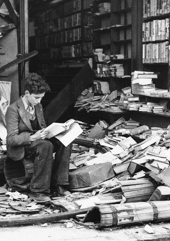 Βιβλιοπωλείο κατεστραμμένο από αεροπορική επιδρομή. Λονδίνο, 1940.