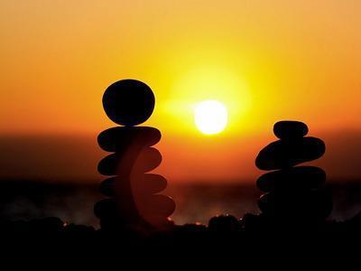 Μπορούμε να πετάμε πέτρες, να παραπονιόμαστε γι' αυτές, να σκοντάφτουμε πάνω τους, να σκαρφαλώνουμε πάνω τους ή να χτίζουμε μ' αυτές.