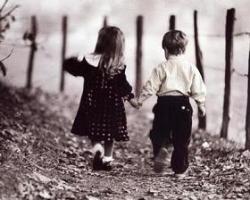 """""""Τα παιδιά μπορούν να διδάξουν τρία πράγματα στους μεγάλους: πρώτο, να χαίρονται χωρίς να υπάρχει λόγος, δεύτερο, να ασχολούνται πάντα με κάτι και, τρίτο, να απαιτούν με όλη τους τη δύναμη αυτό που επιθυμούν."""""""