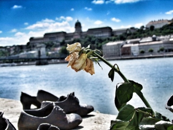 about-shoes-on-the-danube8_574_431