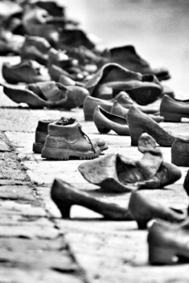about-shoes-on-the-danube9_274_411
