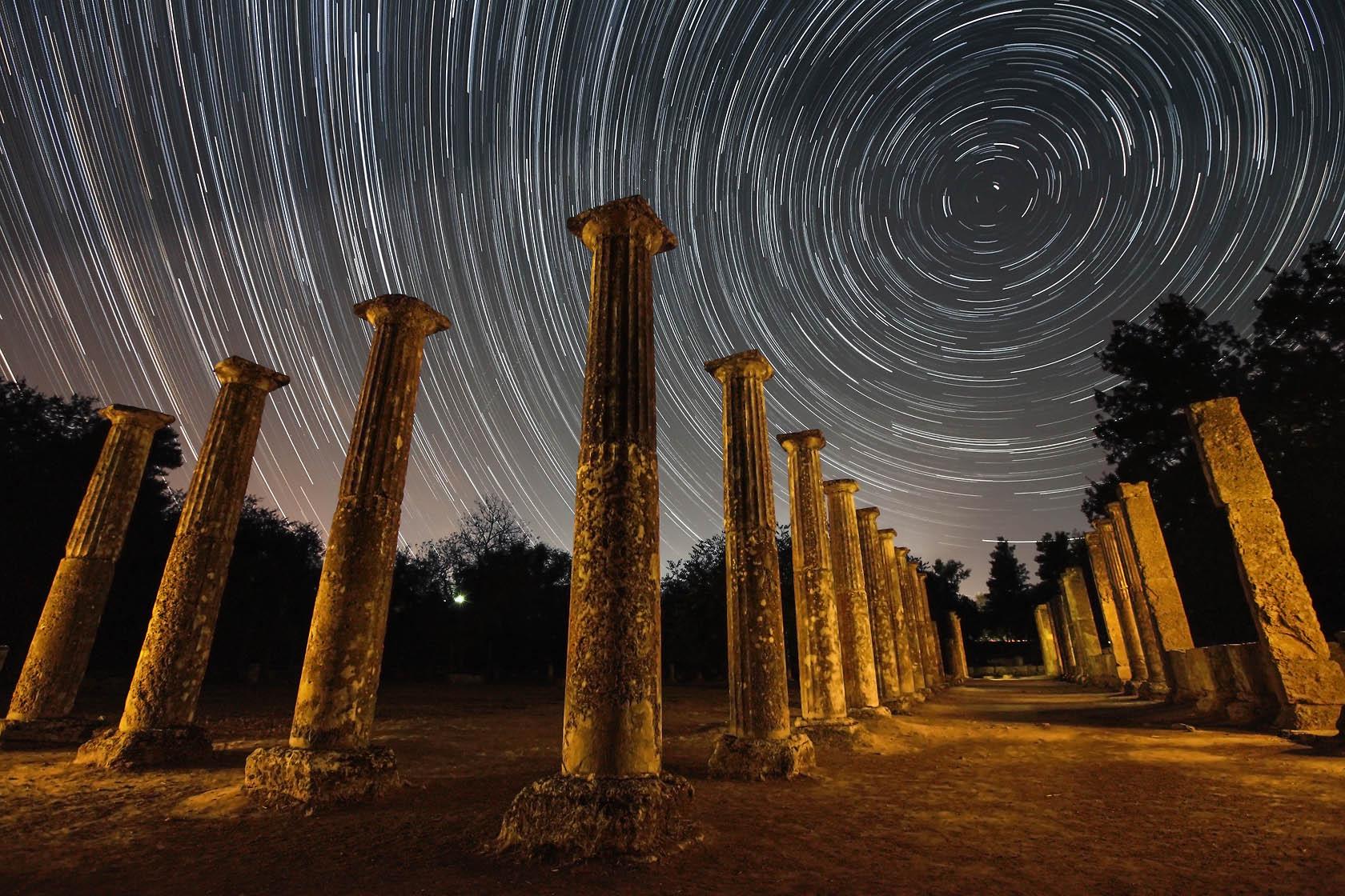 Η παλαίστρα στην αρχαία Ολυμπία ήταν ένα σχεδόν τετράγωνο κτήριο, διαστάσεων περίπου 66Χ66 μέτρων με κιονοστοιχία 72 δωρικών κιόνων.