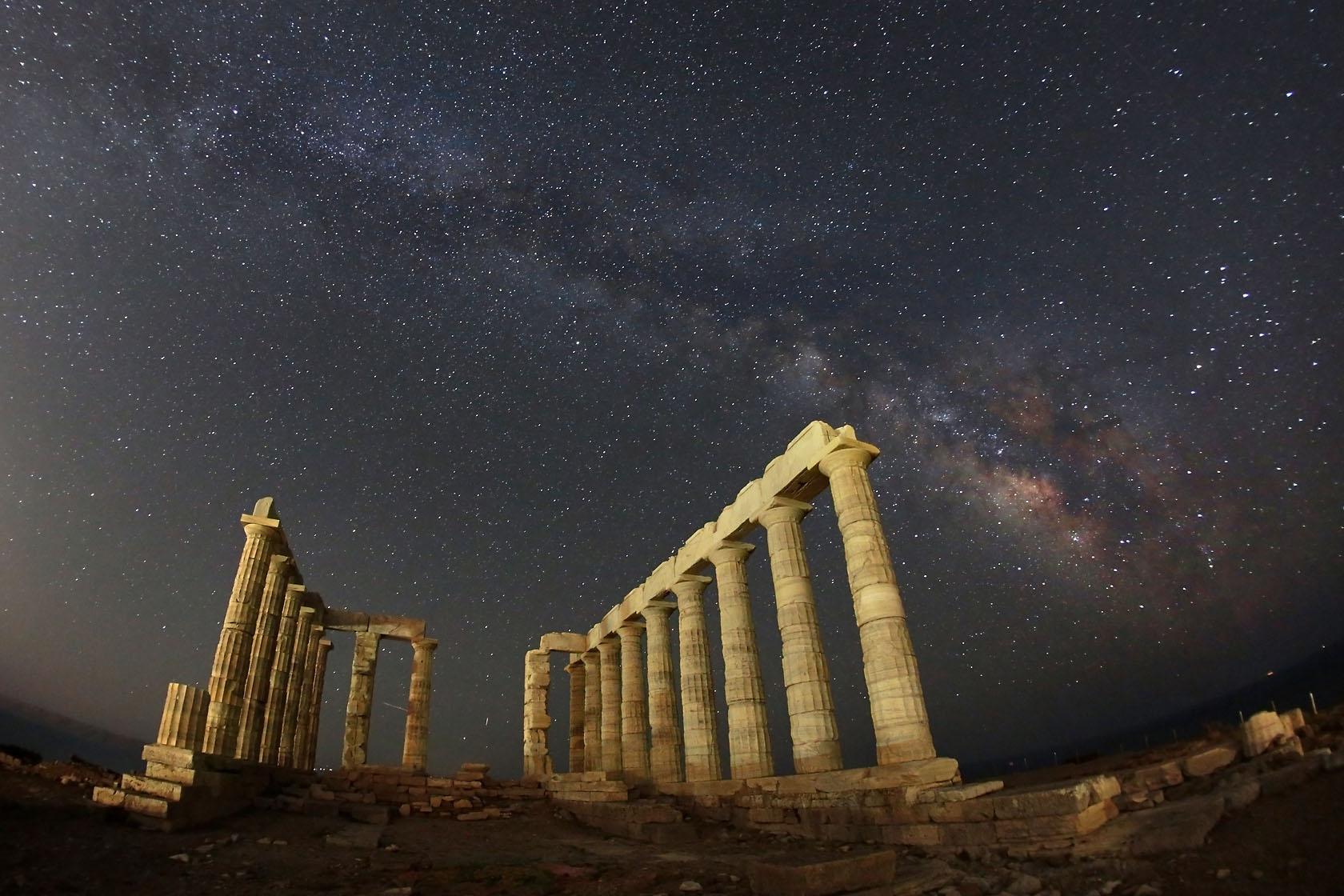 Στον Ναό του Ποσειδώνα, στο Σούνιο, η νύχτα δεν είναι πια τόσο σκοτεινή, καθώς η ατμοσφαιρική φωταγώγηση που προέρχεται από τον παρακείμενο πληθυσμό των 5 εκατομμυρίων κρατά το σκοτάδι μακριά.