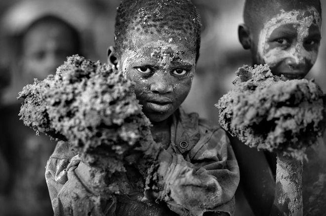 Νικητής ο Timothy Allen. Kέρδισε το πρώτο βραβείο στον διαγωνισμό Travel Photographer of the Year 2013. Νεαρό παιδάκι με λάσπες στα χέρια στην πόλη Djenn στο Μάλι.