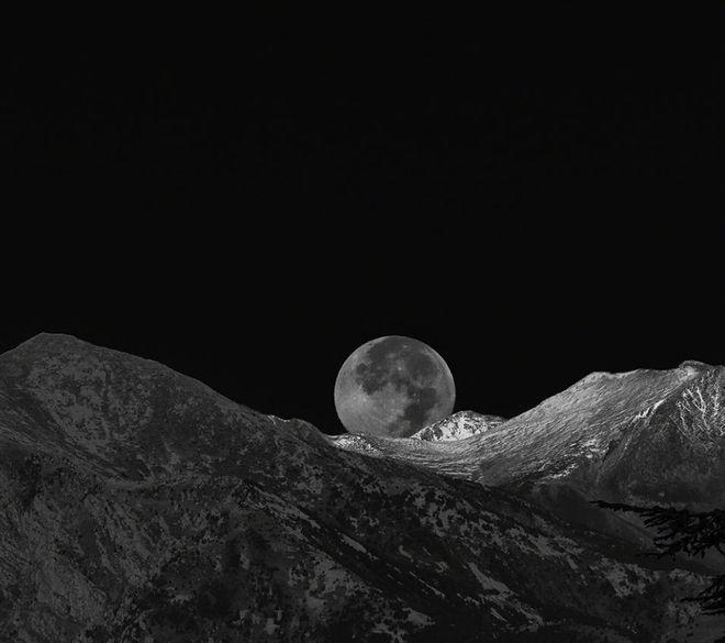 Φωτογραφία του Tim Taylor. Η σελήνη από τις Γαλλικές Άλπεις