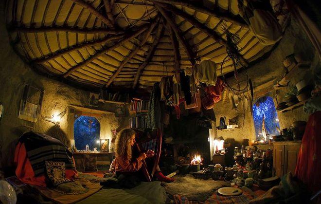 Η Emma Orbach η οποία ζει σε μια καλύβα στο  Tir Ysbrydol στην Ουαλία. Φωτογραφία του Allen.