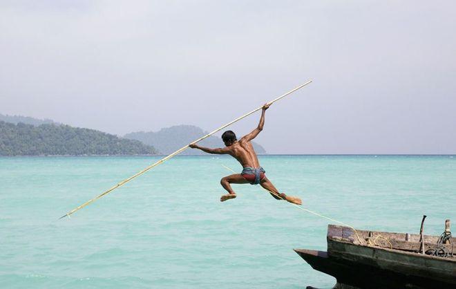 Φωτογραφία του Βρετανού Cat Vinton. Ψαράς στην Θάλασσα του Ανταμάν, νοτιοανατολικά του κόλπου της Βεγγάλης, νότια της Μιανμάρ