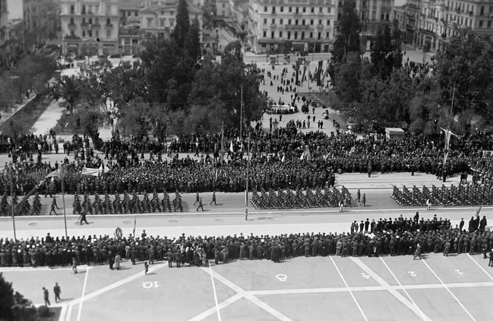 ΚΥΡΙΑΚΗ 25 ΜΑΡΤΙΟΥ 1945 - Η πρώτη παρέλαση μετά την απελευθέρωση. Γύρω από την πλατεία Συντάγματος. Στιγμιότυπα από την Αθήνα, 69 χρόνια πριν... Φωτογραφικό Αρχείο Αθηνών Παύλου Μυλωνά - Αρχεία Νεοελληνικής Αρχιτεκτονικής Μουσείου Μπενάκη