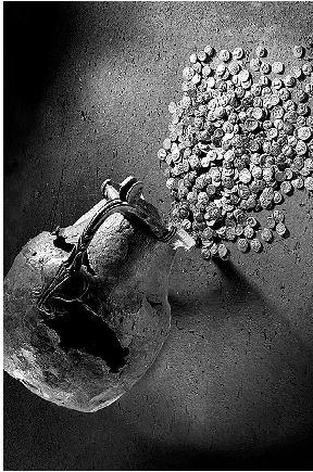 Κάποιος που έζησε τον 4ο αι. π.Χ., προτίμησε να μην καταθέσει τα χρήματά του στην τράπεζα και να τα κρύψει σε ένα πήλινο αγγείο. Είχε συγκεντρώσει νομίσματα από την Πελοπόννησο, τη Στερεά, τη Βοιωτία και την Αίγινα - σύνολο 149 - και τα είχε θάψει στο Μούλκι Κορινθίας, κοντά στην αρχαία Σικυώνα.