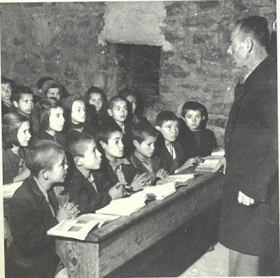 όταν στα θρανία δεν κάθονταν δυο δυο η τρεις τρεις αλλά έξι και πάνω!!Ιδιαίτερη προσοχή δώστε στο βλέμμα του δασκάλου και στα σταυρωμένα χέρια των παιδιών(1952)