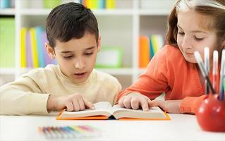Αγόρι και κορίτσι διαβάζουν