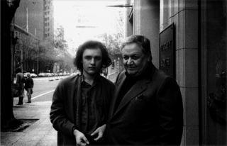 O Μάνος Χατζιδάκις με τον γιο του, Γιώργο, στη Μελβούρνη το 1980. Φωτογραφία: αρχείο Γιώργου Χατζιδάκι