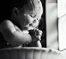 μωρό προσεύχεται