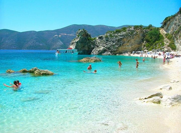 Το Αγιοφύλλι είναι μια από τις ομορφότερες παραλίες της Λευκάδας. Βρίσκεται στην νοτιοανατολική πλευρά του νησιού, σε μικρή απόσταση από τη Βασιλική. Η πρόσβαση στην παραλία μπορεί να γίνει είτε με καΐκι είτε οδικώς από τη Βασιλική. Το ήρεμο τοπίο, τα γαλαζοπράσινα νερά και η χρυσαφένια αμμουδιά μαγεύουν τον κάθε επισκέπτη, ενώ ταυτόχρονα αποτελούν πρόκληση για όσους δεν την έχουν επισκεφθεί.