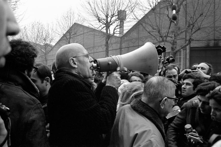 O Michel Foucault και ο Jean Paul Sartre έξω από την είσοδο του εργοστασίου της Renault διαμαρτύρoνται για τη δολοφονία του νεαρού μαοϊκού Pierre Overney