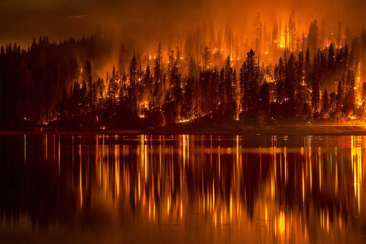 Πυρκαγιά πλησιάζει τις ακτές της λίμνης Bass στην Καλιφόρνια στις 14 Σεπτεμβρίου. (@Darvin Atkeson )