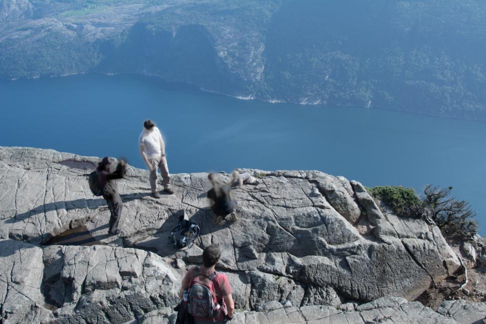Ανώριμοι γονείς θέλησαν να βγάλουν μια εντυπωσιακή φωτογραφία στην άκρη του γκρεμού Preikestolen στη Νορβηγία, άφησαν το μωρό τους στην άκρη για να ποζάρει... την ώρα που μπουσουλά! Το μωράκι φωτογράφησε από μακριά όμως και ένας επισκέπτης στον συγκεκριμένο βράχο, όπως βλέπουμε το μωρό βρίσκεται σε απόσταση μέτρων από τους τέσσερις ενήλικες που φαίνεται να το συνοδεύουν. Ο Φρεντ Σάριβαν ήταν μάρτυρας του σκηνικού και φωτογράφησε γονείς και μωρό και έπειτα πόσταρε τη φωτογραφία στο Facebook.