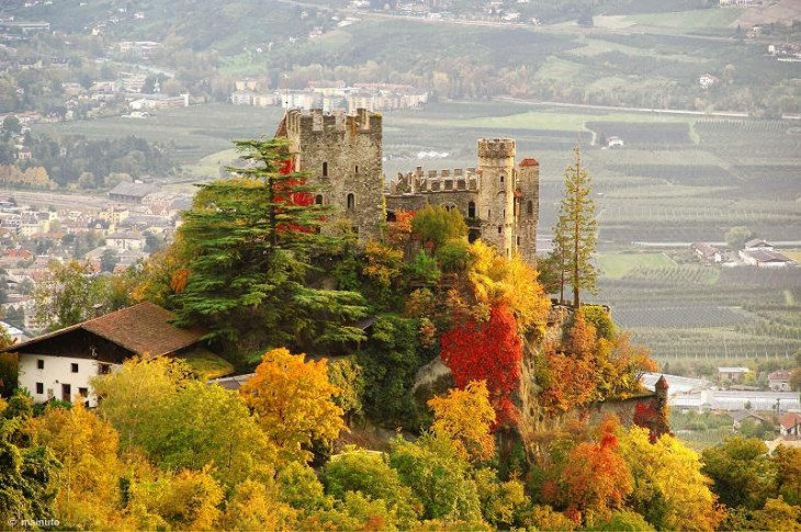 colorful-fall-photos-brunnenburg-castle