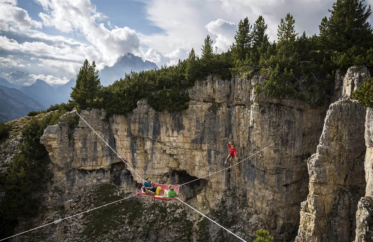 Η διεθνής συνάντηση ισορροπιστών στις Ιταλικές Άλπεις διοργανώθηκε για άλλη μια χρονιά στο Monte Piana. Έστησαν τα σκοινιά τους μεταξύ κορυφών, περπάτησαν σε αυτά από την μια πλευρά στην άλλη, κοιμήθηκαν σε αιώρες κρεμασμένες στο κενό, αντάλλαξαν εμπειρίες και έπιασαν ψιλοκουβέντα στον καθαρό αέρα. EPA/Balazs Mohai