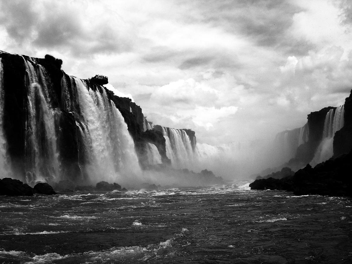 """Οι καταρράκτες του ποταμού Iguazu, ο οποίος βρίσκεται στα σύνορα της Βραζιλίας και της Αργεντινής. Το όνομα Iguazu σημαίνει """"μεγάλα νερά""""."""