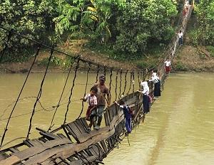 Μαθητές στο δρόμο για το σχολείο