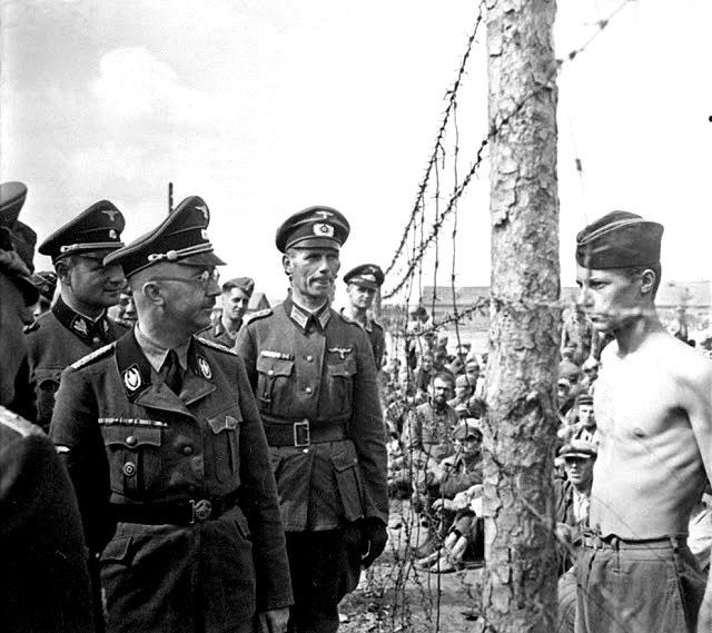 Ο στρατιωτικός διοικητής των Nazi Heinrich Himmler επιθεωρεί τα στρατόπεδα συγκέντρωσης για να βρει αντιμέτωπο τον αιχμάλωτο πολέμου Horace Greasley. Ο Greasley συχνά δραπέτευε από το στρατόπεδο και μετά επέστρεφε. Σύμφωνα με ισχυρισμούς το κατάφερε αυτό 200 φορές. Και ο λόγος; Συναντούσε κρυφά μία Γερμανίδα την οποία είχε ερωτευτεί.