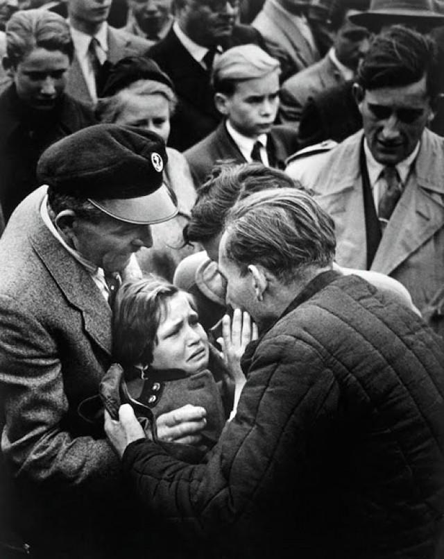 Μετά από πολλά χρόνια, ένας Γερμανός φυλακισμένος του Β' Παγκοσμίου Πολέμου ελευθερώνεται από τη Σοβιετική Ένωση. Σε αυτή τη φωτογραφία συναντιέται με την κόρη του, η οποία είχε να τον δει από τότε που ήταν ενός έτους.