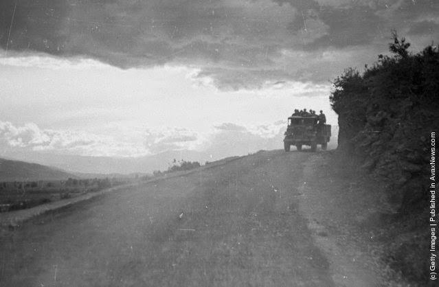 τα κυβερνητικά στρατεύματα είχαν εντολές να σταματούν να ταξιδεύουν και να ενισχύσουν τη θέση τους κατά τη διάρκεια της νύχτας, όταν ο στρατός των ανταρτών ήταν πιθανό να επιτεθεί Η τελευταία μεταφορά της νύχτας σ ένα μοναχικό ορεινό δρόμο. (Φωτογραφία από Bert Hardy / Εικόνα Δημοσίευση / Getty Images). 22 του Μάη 1948