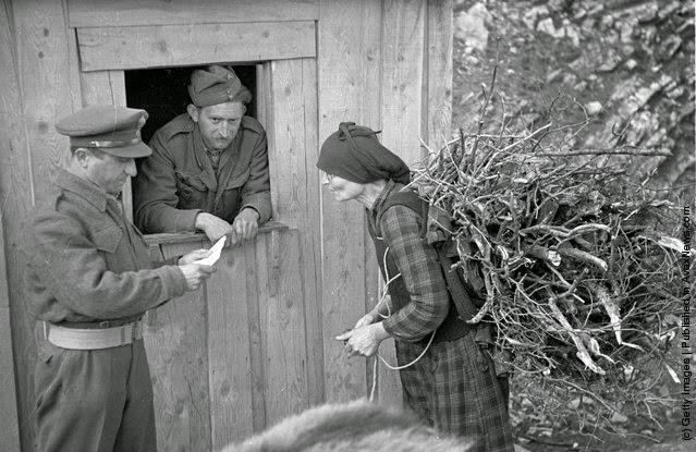 Μια γυναίκα ελέγχετε για την απαγόρευση της κυκλοφορίας το βράδυ (Φωτογραφία από Bert Hardy / Εικόνα Δημοσίευση / Getty Images). 22 του Μάη 1948