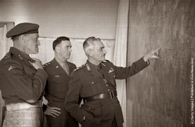 """Ο Έλληνας διοικητής, Στρατηγός Βαντζής, με τον Αμερικάνο Στρατηγό Βαν Φλητ και τον Βρετανό υποστράτηγο Ντάουν Το ενδιαφέρον των δυτικών δυνάμεων  είχε κυρίως να κάνει με την πρόληψη των κομμουνιστικών δυνάμεων της Αλβανίας, της Βουλγαρίας και της Γιουγκοσλαβίας από το να αποκτήσουν ένα """"φρούριο"""" στην Ελλάδα. (Φωτογραφία από Bert Hardy / Εικόνα Δημοσίευση / Getty Images). 22 του Μάη 1948"""