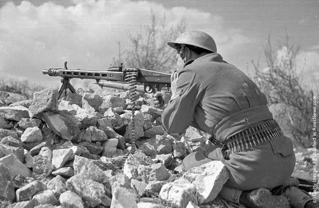 με το πολυβόλο σ επιφυλακή (Φωτογραφία από Bert Hardy / Εικόνα Δημοσίευση / Getty Images). 22 του Μάη 1948