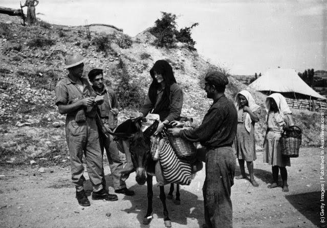 στρατιώτες του Τακτικού Στρατού ψάχνουν ένα αντρόγυνο αγροτών για όπλα (Φωτογραφία από Haywood Magee / Εικόνα Δημοσίευση / Getty Images). Οκτώβριο 1947