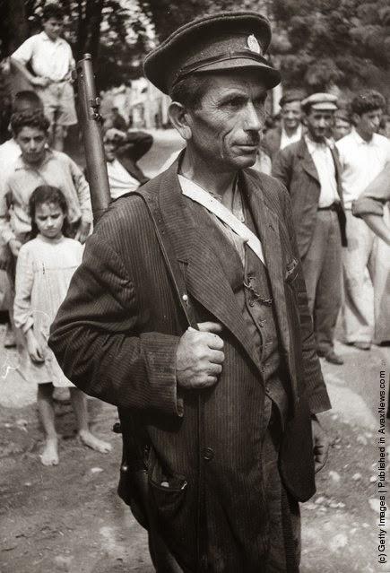 Πολιτοφύλακας στη Γουμένισσα,  μετά από μια επιδρομή ανταρτών. (Φωτογραφία από Haywood Magee / Εικόνα Δημοσίευση / Getty Images). Αύγουστος 1947