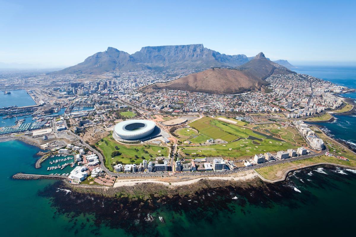 Εκπληκτική εναέρια λαμβάνονται από ελικόπτερο, της πόλης του Κέιπ Τάουν στη Νότια Αφρική. (@ Michael Jung)