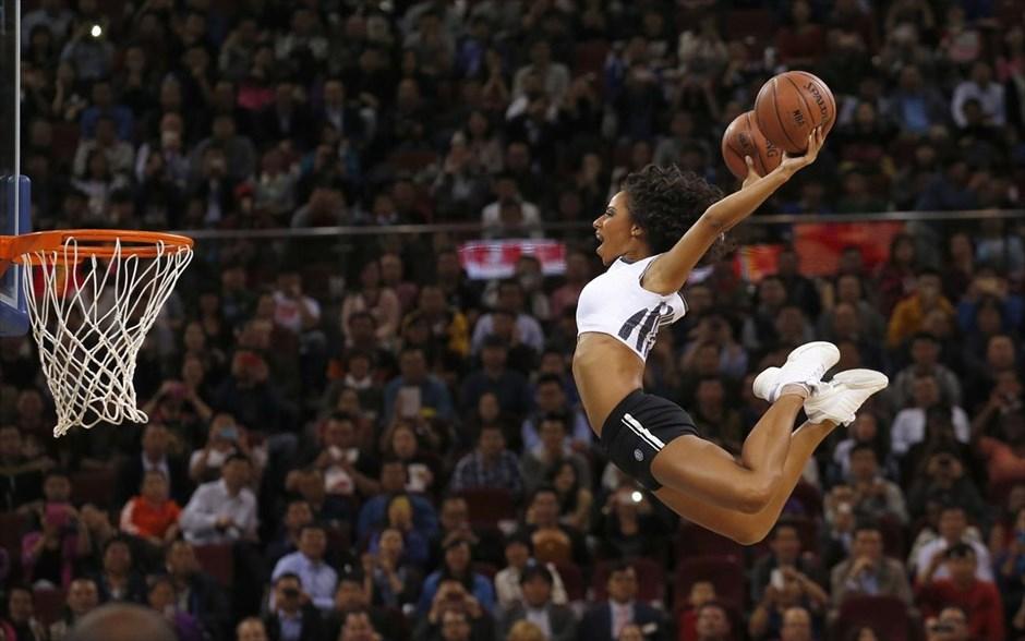 Μία μαζορέτα κλέβει την παράσταση πραγματοποιώντας εντυπωσιακό άλμα, στο πλαίσιο του φιλικού αγώνα μπάσκετ του NBA ανάμεσα στους Σακραμέντο Κινγκς και τους Μπρούκλιν Νετς στο Πεκίνο.