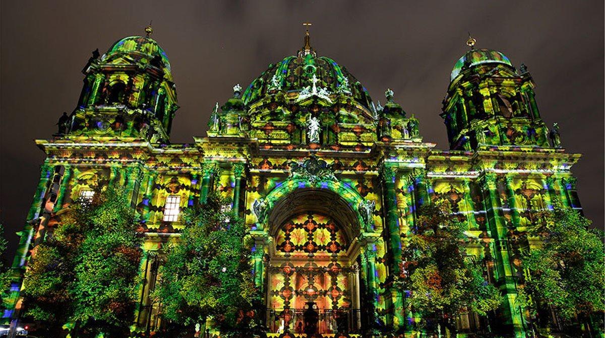 O Καθεδρικός Ναός του Βερολίνου φωτίζεταi στο πλαίσιο του 10ου «Φεστιβάλ των Φώτων». Στη διάρκεια του Φεστιβάλ, τα πιο εμβληματικά αξιοθέατα και κτίρια του Βερολίνου θα λάμπουν με διάφορα χρώματα και τα είδη του φωτισμού, με προβολές και τα πυροτεχνήματα, προσφέροντας ένα μοναδικό θέαμα στους επισκέπτες της Γερμανικής πρωτεύουσας.