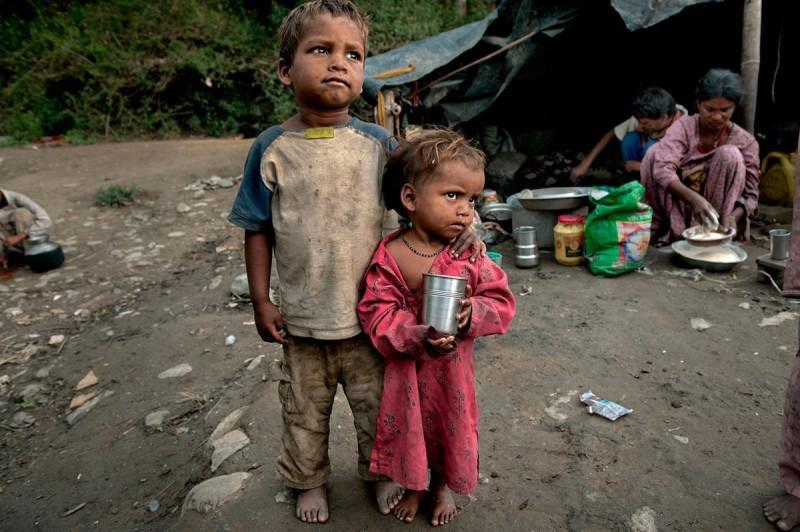 Ο πεντάχρονος Ρούντρα και η τρίχρονη Σουχάνι ψάχνουν στους δρόμους για λίγο τσάι προκειμένου να ξεδιψάσουν. Τα δύο αδερφάκια ζουν στην Ινδία ενώ πρόσφατα χάθηκαν τα άλλα δύο παιδιά της οικογένειας από αρρώστια στην Ινδία.