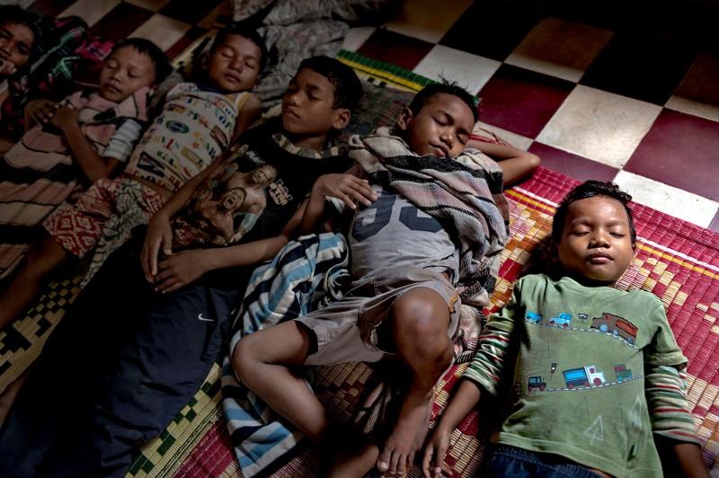 Πέντε αδέρφια κοιμούνται στο πάτωμα ενός ιδρύματος στην Καμπότζη. Είναι ορφανά και βρέθηκαν να περιπλανιούνται μόνα τους στους δρόμους. Επειδή το ίδρυμα είναι γεμάτο, θα μείνουν για λίγο καιρό και θα επιστρέψουν πίσω στους δρόμους… Οι ηλικίες τους είναι από πέντε έως 12 ετών.