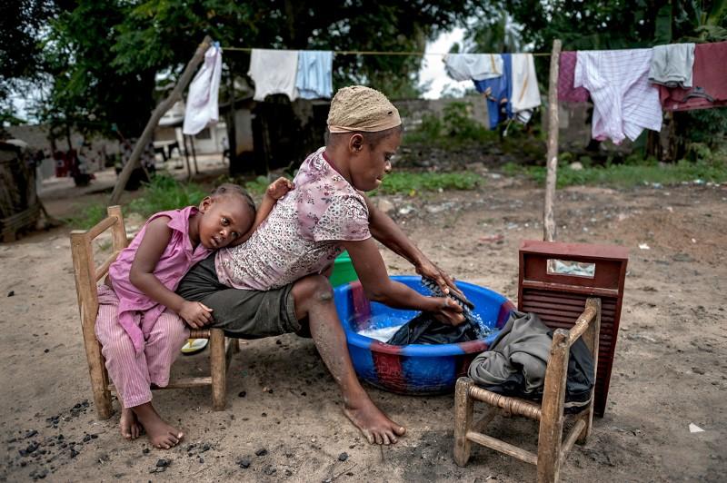 Η 25χρονη Τζεστίνα Κόκο μαζί με την πεντάχρονη κόρη της, Σάτα. Η μικρή έμεινε ανάπηρη από τα τρία της και εξαρτάται απόλυτα από την μητέρα της. Η μητέρα της επιβιώνει πλένοντας ρούχα και πουλώντας μπισκότα στην Λιβερία. Μάνα και κόρη έχουν μαλάρια. Η Τζεστίνα εύχεται να μπορέσει να πάρει μία αναπηρική καρέκλα, να έχει ένα μικρό δωμάτιο για να ζει και να πάει η κόρη της σχολείο. Οι δυο τους κοιμούνται στο διάδρομο ενός σπιτιού που δεν έχει ηλεκτρισμό, τουαλέτα και τρεχούμενο νερό.