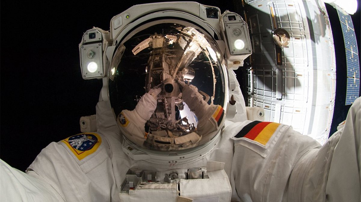 Ο Γερμανός αστροναύτης Alexander Gerst τράβηξε μια φωτογραφία τον εαυτό του να προσπαθεί να επιδιορθώσει μια χαλασμένη αντλία αιωρούμενος έξω από τον Διαστημικό Σταθμό.