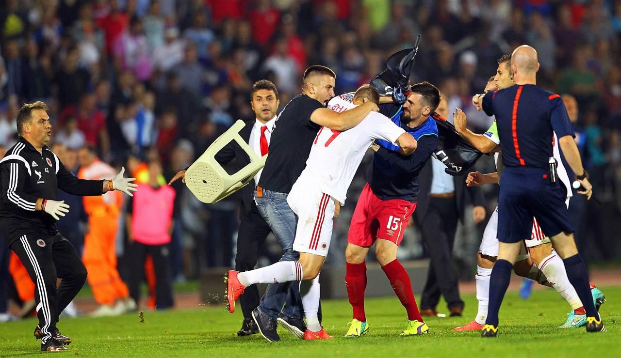 Σοβαρά επεισόδια σημάδεψαν τον αγώνα Σερβία-Αλβανία για τα προκριματικά του Euro 2016 στο Βελιγράδι, που διακόπηκε όταν πάνω από το γήπεδο εμφανίστηκε τηλεχειριζόμενο αεροπλανάκι με σημαία-χάρτη της Μεγάλης Αλβανίας, που περιελάμβανε τη Σερβία, την Ήπειρο αλλά και την Κέρκυρα.